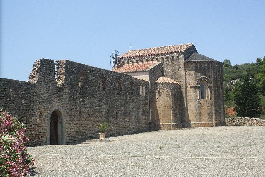 Cazedarnes (Hérault) - chevet de l'église abbatiale.