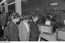 Fotothek df roe-neg 0006509 022 Besucher betrachten den Fernsehempfänger FE 852 B am Stand des VEB Sachsenwerk R.jpg