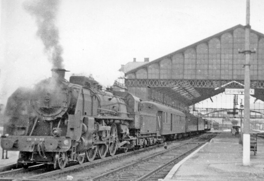 Périgueux (Dordogne), 1956: SNCF 4-6-2 on Limoges - Bordeaux express.