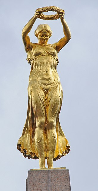 Gëlle Fra - The statue of a lady at the top of the monument