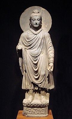 estátua estar Buda com garmet drapeado e halo