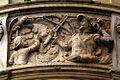 Geschichtsfries am Neuen Rathaus Hannover, Papageienschießen beim Schützenfest, symbolisierter Papageienbaum, auf den mittelalterliche Schützen auf dem Neustädter Berge mit der Armbrust schossen.jpg