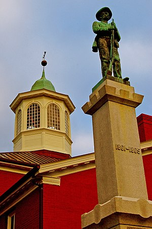 Giles County Courthouse and Confederate monument in Pearisburg