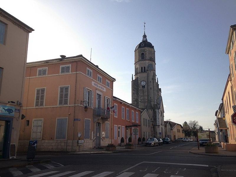 Grande rue de Bâgé-le-Châtel avec l'hôtel de ville et l'église