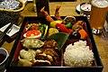 Gyoza, dybstegte tigerrejer, ris og pickles (6951410397).jpg