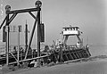 HUA-165618-Afbeelding van de Spoorpont II van Rederij Koppe voor het overzetten van goederenwagens over het IJ tussen de Rietlanden en Amsterdam Noord, bij de aanlegplaats te Amsterdam Noord (Distelweg).jpg