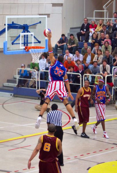 File:Harlem Globetrotters shooting 06.jpg