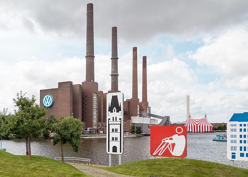 File:Heizkraftwerk Wolfsburg Nord und Zirkus bei VW.jpg