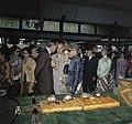 Het koninklijk paar wordt rondgeleid langs de schatten van de sultan in Yogyakar, Bestanddeelnr 254-9034.jpg