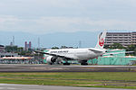 Japan Airlines, B777-200, JA772J (18668841191).jpg