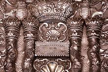 Ornamento d'argento (particolare) che viene posto sugli scrolli della Torah
