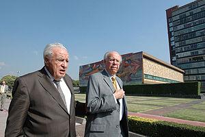 Julio Scherer García - Scherer walking with José Narro, rector of UNAM, in 2011.