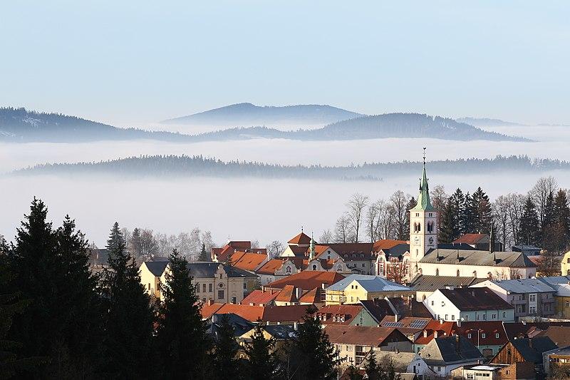 File:Kašperské Hory od Liščího vrchu.jpg