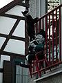 Katze und lesender Mann Balkon Bensheim.JPG