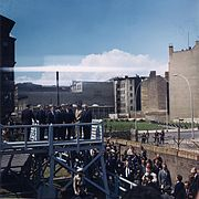 Kennedy y Adenauer en el Checkpoint Charlie del Muro de Berlín