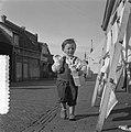 Kinderen met geschenken voor Moederdag, Bestanddeelnr 907-7556.jpg