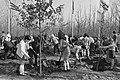 Kinderen van de International School of Amsterdam planten bomen op de Floriade, Bestanddeelnr 925-4767.jpg