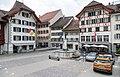 Kirchplatz mit oberem Brunnen in Willisau.jpg