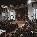 Koningin Beatrix leest de troonrede voor, naast haar zit Prins Claus, Bestanddeelnr 253-8797.jpg