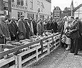 Koninklijk bezoek aan Leiden. Koningin Juliana op de Schapenmarkt, Bestanddeelnr 906-4761.jpg