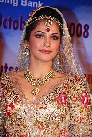 English: Isha Koppikar walks the ramp for Pria...