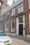 foto van Pand met gevel met rechte kroonlijst. Rechts van de deur twee gevels met rechte lijst uit 19e eeuw die resten zijn van het 15e-eeuwse huis Blikkenburg. Het gevelgedeelte waarin de deur staat is 18e eeuw