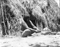 Kvinna sittande utanför hydda som tillverkar keramik. Bolivianska Chaco. Gran Chaco - SMVK - 004787.tif