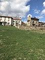 La Poveda (Soria), pradera y vista casa rural.jpg