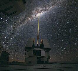 Το Αστεροσκοπείο Παρανάλ στην Χιλή, με την χρήση οδηγού λέϊζερ προς το κέντρο του Γαλαξία.