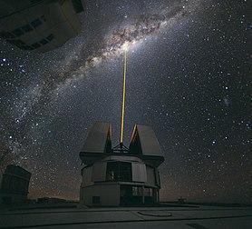 Utilisation d'un laser pour observer en détail le centre galactique par optique adaptative, au VLT sur le Cerro Paranal, au Chili. Le faisceau crée une «étoile artificielle» qui permet l'appréciation de la turbulence atmosphérique pour la compenser.  Cette photographie a été élue image de l'année 2010 par les contributeurs des projets Wikimedia.  (définition réelle 2000×1816)