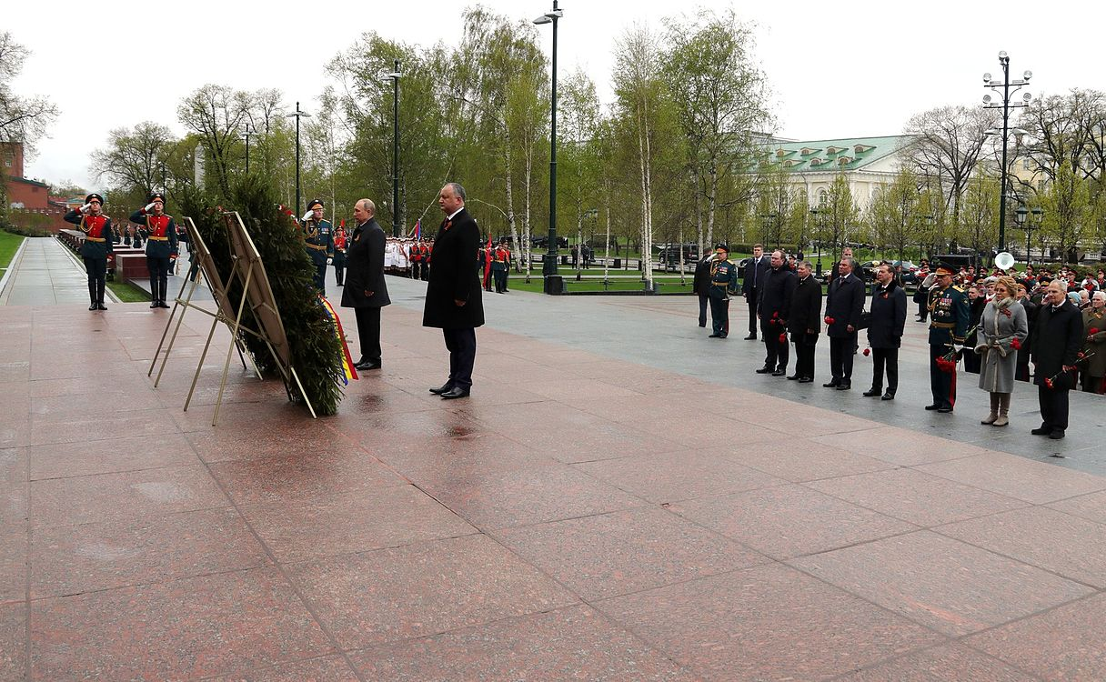 Laying wreath at the Tomb of the Unknown Soldier in Moscow 2017-05-09 004.jpg