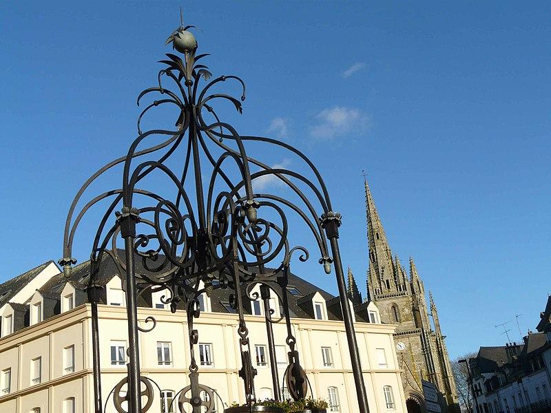 Au premier plan, le puits ferré, rue du Maréchal Joffre. Creusé en 1623, il est rénové en 1825, et on lui ajoute une ferronnerie- d'où son nom -