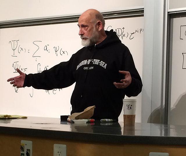 Der theoretische Physiker Leonard Susskind bei einem Vortrag image source