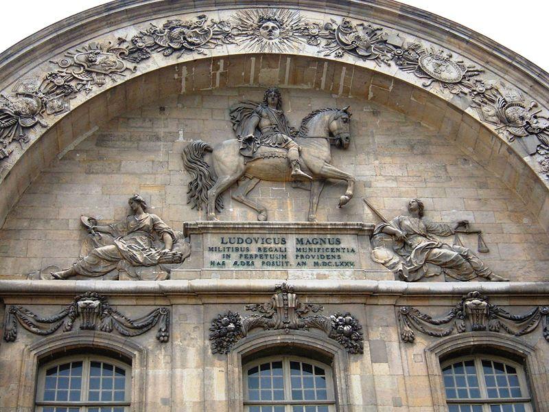 Archivo: Les Invalides sur arco de entrada Detail.jpg