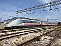 Livorno Centrale - locomotiva E.414.107 in livrea IC sun.jpg