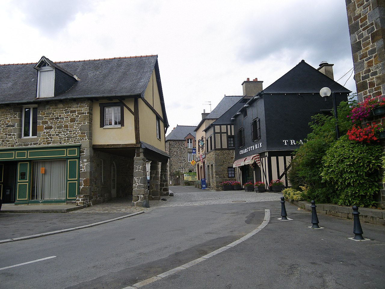 File:Maisons anciennes a tinteniac - panoramio.jpg - Wikimedia Commons