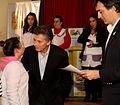 Mauricio Macri entregó diplomas a los alumnos que publicaron una primera antología de cuentos y poemas (7310840056).jpg