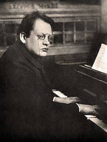 Max Reger playing piano.jpg