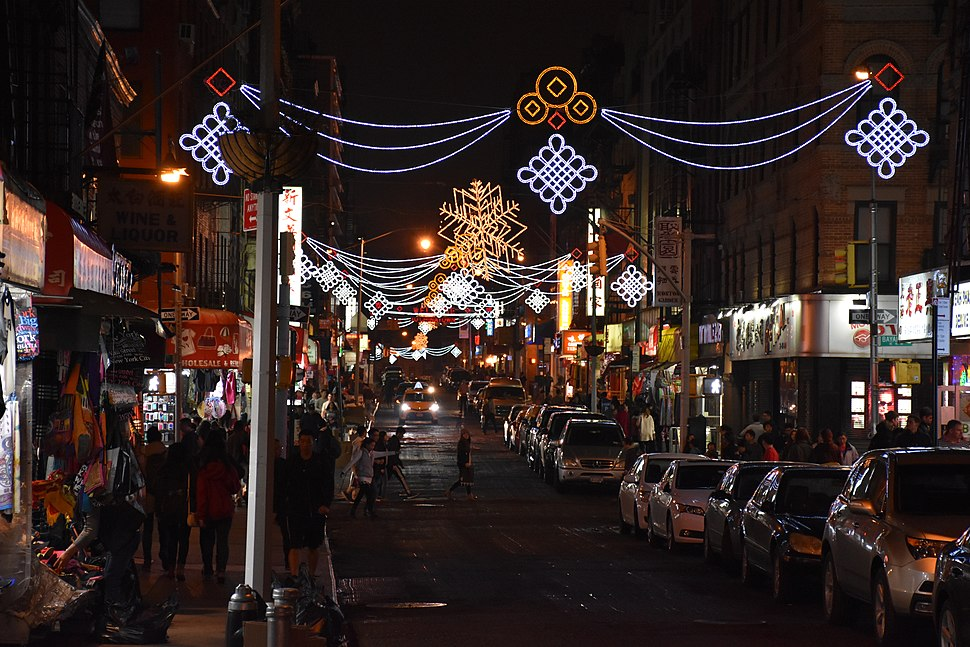 ‪ Looking north on Mott Street at night in 2015. Manhattan's Chinatown is home to the highest concentration of Chinese people in the Western Hemisphere. ‬