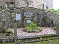 NVH - pomník u kostela 1.JPG