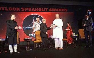Naveen Patnaik - Naveen Patnaik receiving Outlook Speakout award for best administrator from former President of India Pranab Mukherjee