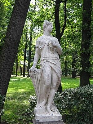 Статуя Немезиды в Летнем саду Санкт-Петербурга