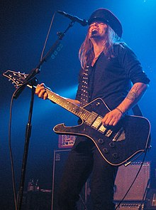 Nicke Andersson performing with the Hellacopters in 2008.