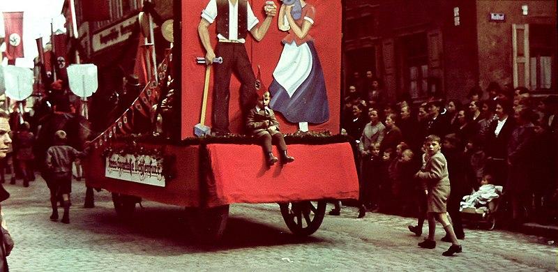 File:Ochsenfurt 1930er Umzug Wagen  Sparkasse.jpg