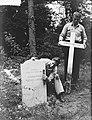 Oorlogsgraven Rusthof Amersfoort. Zerken van Frans kalksteen in plaats van houte, Bestanddeelnr 904-7253.jpg