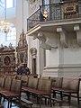 Orgelkanzel Dom mit Besuchern.jpg