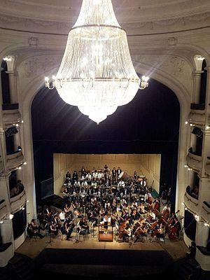 Orquesta y reluciente araña del Teatro San Martín
