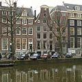Overzicht van de voorgevel met klokgevel, gezien vanaf de overzijde van de gracht - Amsterdam - 20402561 - RCE.jpg