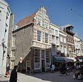 Overzicht van de voorgevel met trapgevel en de linker zijgevel met voorgevels van buurpanden - Dordrecht - 20379332 - RCE.jpg