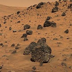 Autre vue du sol martien, par le robot Spirit le 13 avril 2006[121].